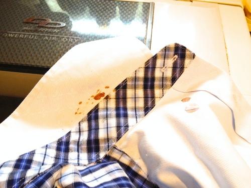 血液よごれが付いたYシャツ