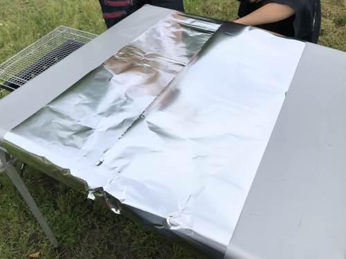 キャンプ用テーブルにアルミホイルを敷く