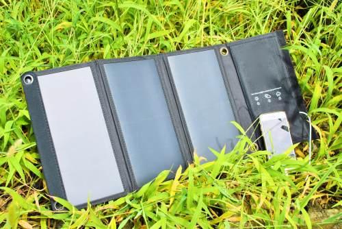 太陽光モバイルバッテリーでスマホ充電中