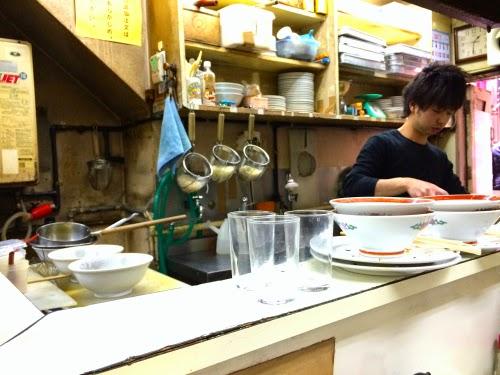 神戸餃子大学カウンター内