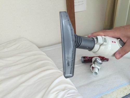 ダイソン掃除機のヘッドを布団用に交換