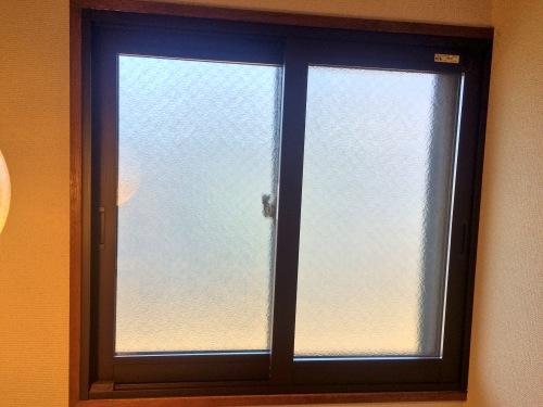 インプラスを階段の窓に取り付けた