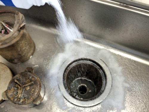 排水口に酸素系漂白剤をまく