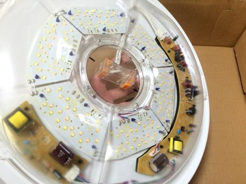アイリスオーヤマのLEDシーリングライトの内部