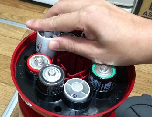 スペーサー付き単三電池をランタンに入れたところ