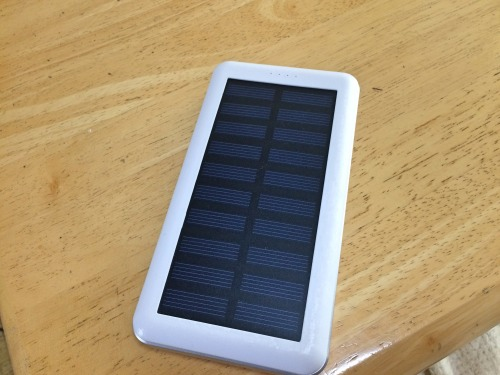 太陽光で発電するモバイルバッテリー