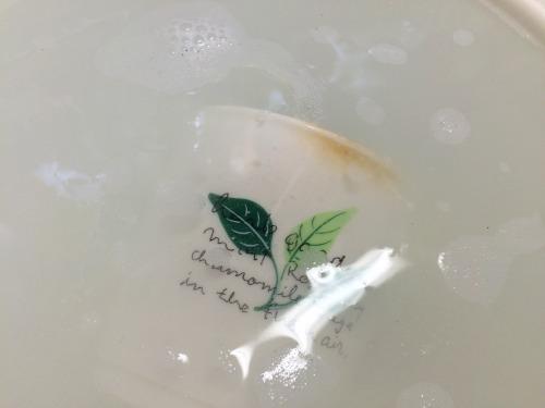 酸素系漂白剤に浸かったカップ