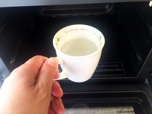 重曹を入れたカップを電子レンジでチンする