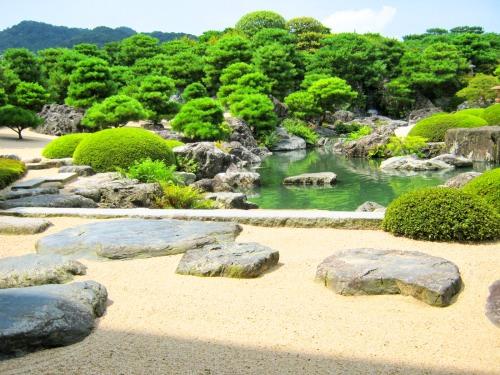足立美術館の池は木々の緑が映るように計算されているのか
