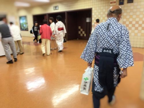 大相撲チケットをお茶屋さんで頼むと席まで案内してくれる