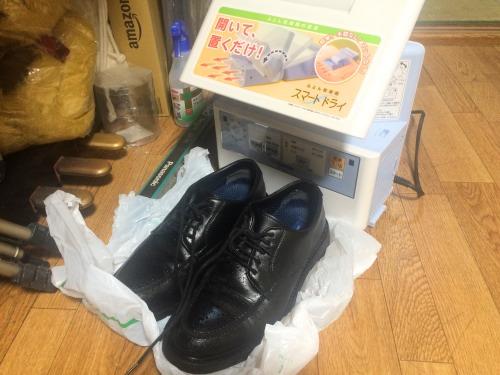 布団乾燥機の前に革靴を奥だけで乾燥させる