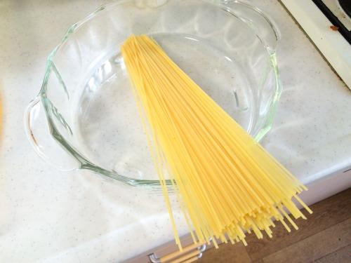 耐熱なべだとスパゲッティがはみ出すので、半分におる