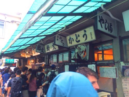 金曜9:00で雨にも関わらず外国人観光客で築地市場は行列ができていた