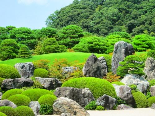 足立美術館の日本庭園にある岩の数々