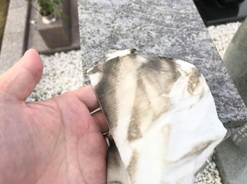 墓掃除した紙雑巾