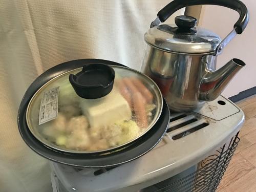 石油ストーブの天板でお湯と鍋を一気に