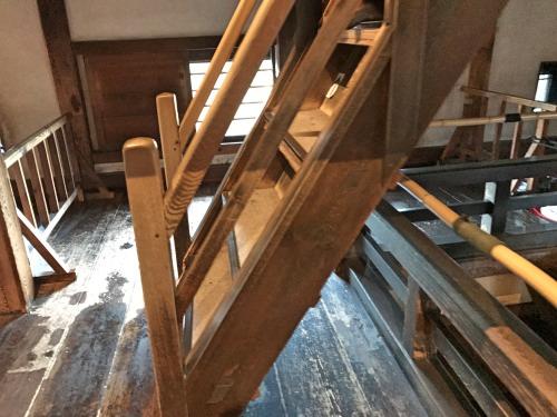 松本城の急な階段を横から見たところ