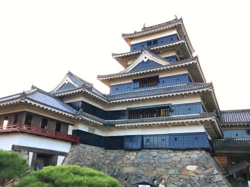 長野県松本市の国宝「松本城」の入り口側の姿