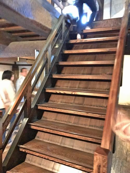 松本城の階段は非常に急