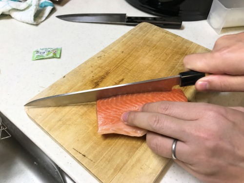 恵方巻きの具材のお刺身を縦に切る