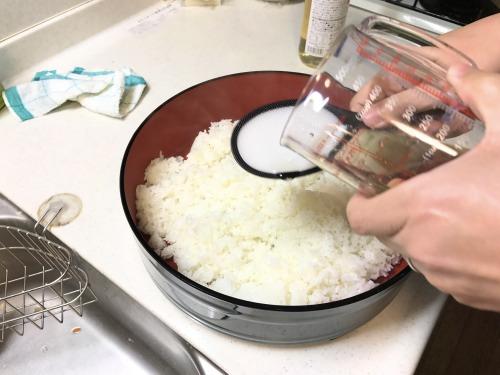 恵方巻き・太巻きの酢飯は寿司酢を少しずつまんべんなく入れる