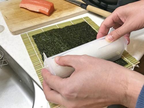 恵方巻きの型からご飯をのりの上に載せる