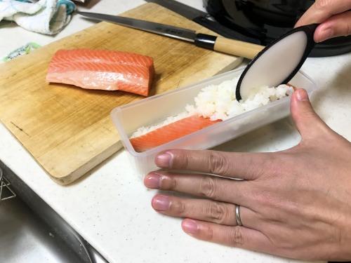 恵方巻きの具材を詰めた後にまたご飯を載せる