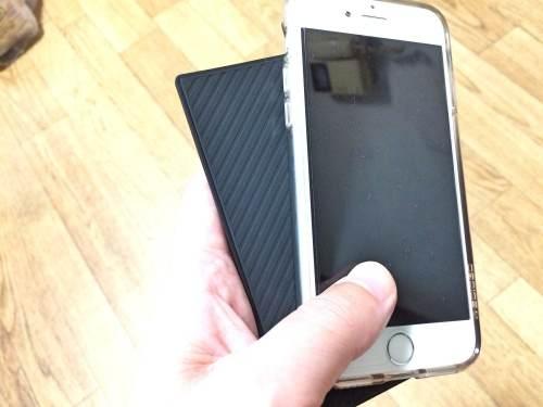 iPhone5sとほぼ同じサイズの薄型モバイルバッテリー