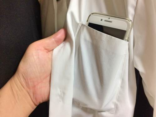 AnkerスリムモバイルバッテリーをYシャツの胸ポケットに入れたところ
