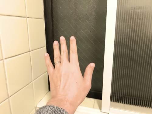 お風呂の二重窓を接着剤だけで作ってみた!冬だけでなく梅雨の季節も冷気を遮断してくれる内窓は最強の暖房だった