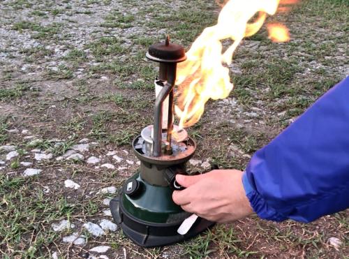 ホワイトガソリンランタンから大きな炎が上がる