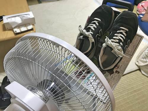 扇風機で靴を乾燥させる