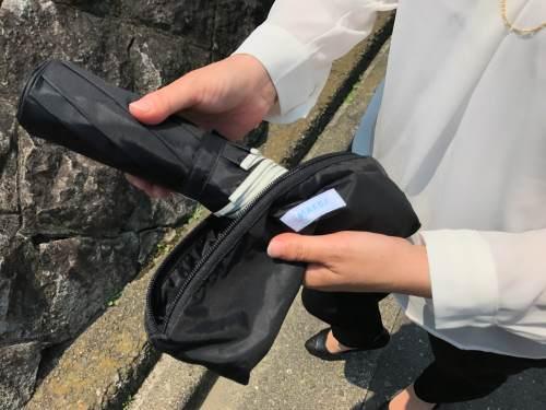 大きい折りたたみ傘は専用の入れやすい袋付き