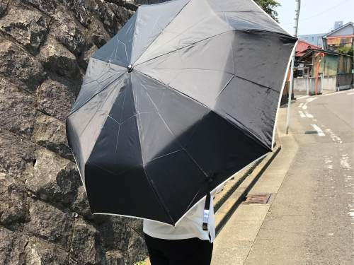 ゲリラ豪雨の予報に折りたたみ傘の備え!折りたたみ傘なのに女性の全身をカバーできるサイズが良い