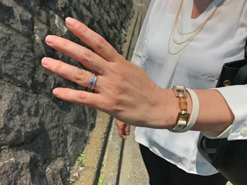 モノトーンファッションの見栄えを変える指輪とネックレス