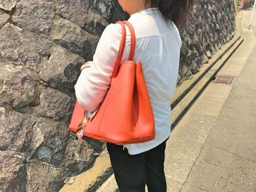 モノクロファッションで映えるオレンジ色のリアルレザークラシックトートバッグを使ってみた