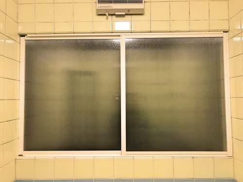 ポリカーボネートの窓枠を完成