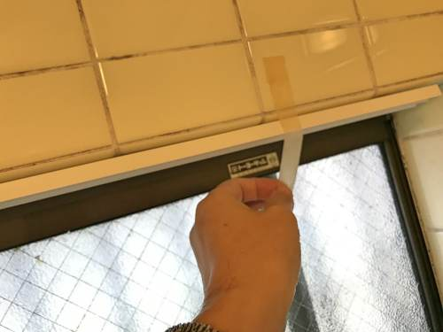 ポリカーボネート窓枠の上のレールを取り付ける