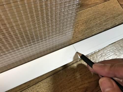 ポリカーボネートの窓枠を組み上げる