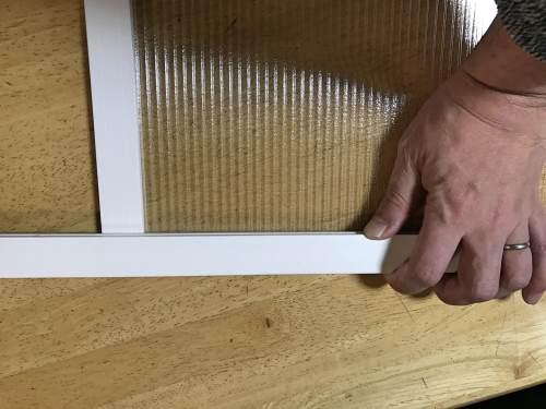上下の窓枠をはめ込んだ上で左右の枠のサイズを計る