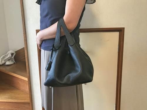 ちょうど良いサイズの本革バッグ キューブ!小さいバッグは洋服のデザインを隠さないのがいい