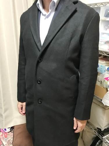 スリムでも素材が柔らかいのでスーツの上に羽織っても動きやすいチェスターコート