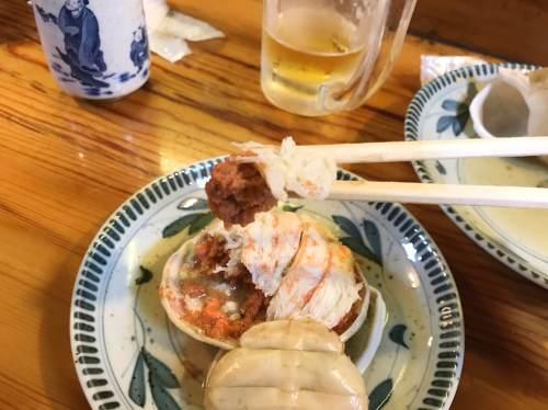 金沢おでんのカニ面は内子外子を甲羅に詰め、カニ足でフタをする