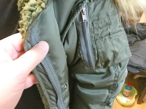 コート袖に小さなポケットが付いている