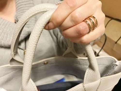 インパクトのある金属アレルギーにならない指輪と見た目以上に収納力のあるシルバーのバッグはちょっとしたおでかけにピッタリ