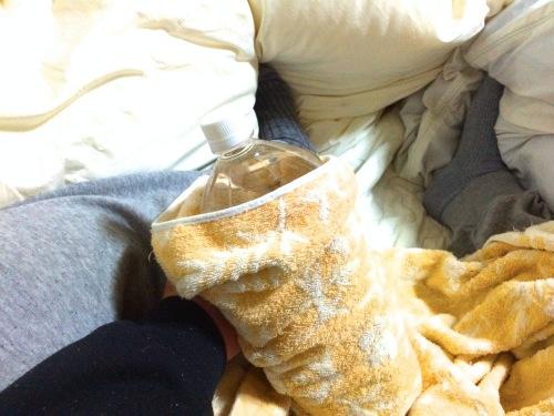温めたペットボトルをタオルに巻き付けて寝る前から布団へ