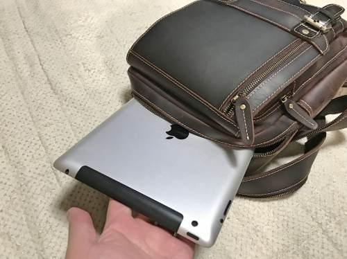 iPadはらくらく収納可能な本革バッグ