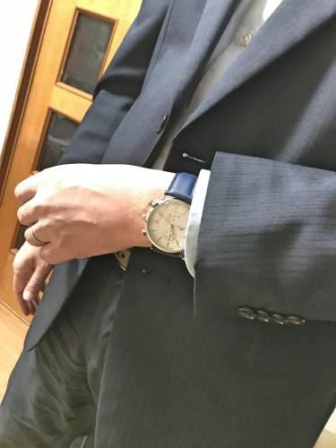 紺色の皮バンドはスーツにも似合う