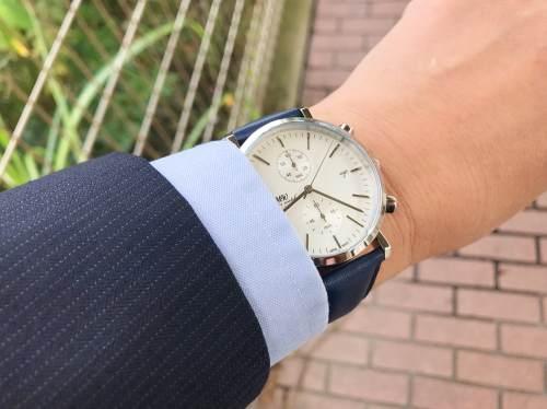 青い皮バンドの腕時計