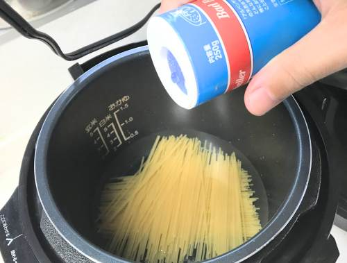 パスタの水に塩を入れる